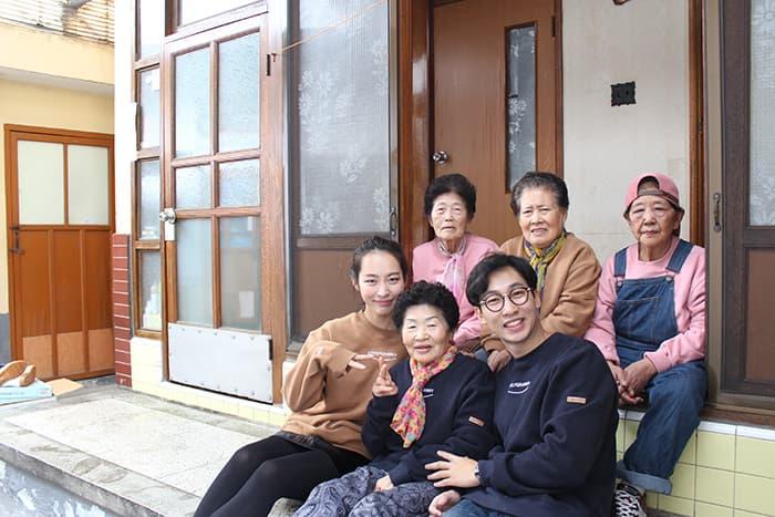 할머니들과 신봉국,신은숙 대표 ⓒ 마르코 로호