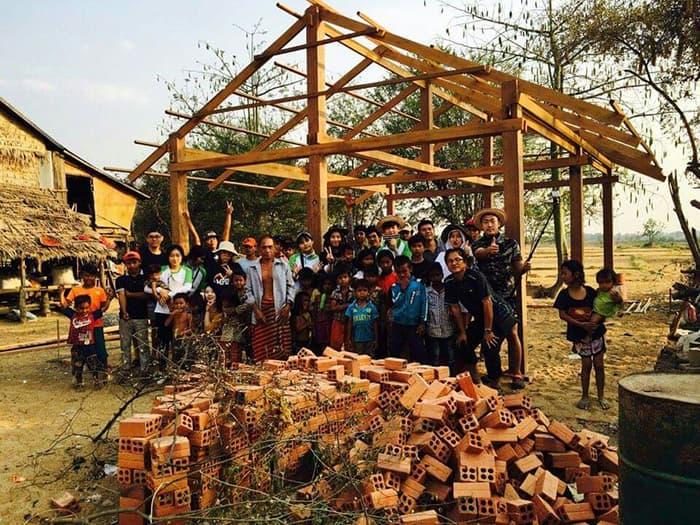 딜럽의 기부로 지어지는 집과 캄보디아 현지 주민들, 딜럽 스태프들 ⓒ 딜럽